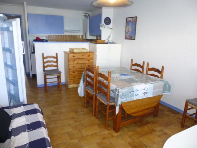 appartement Palavas les flots Tar ifs  :  nou s c ons ult er  sel on  pé rio des € Réf. : 3006 - TYPE P3  : Plan/K.e - Bat.1 - Esc.C -  Etg./Rdc - Asc./Non. - Distance : Mer/50m - Centre/1km  - Orientation/S.O - Commerce/200m - Vue/Non - Piscine/Oui - E.Verts/Oui - Rive/Droite - Situation Plage/1ère ligne accès direct - Equipement : 4 feux gaz - Four - Réfrig/cong - Lave L - Lave V - TV ----- Prix de 588,10 € à 931,48 € la semaine selon période + 70 € de frais de dossier ----- COMPOSE : Entrée, Séjour banquette lit 2pl., Coin cuisine séparé par passe plat,  Chambre 1 lit 2pl.,  Chambre 2 lits 1 pl., Salle d'eau, Wc. - Jardinet privatif - Parking N° 24.