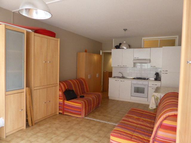 appartement Palavas les flots 139 000 € Réf. : T1458 - Ref 1458 - EXclusivité agence AZUR: très beau T2 en rdc habitable de suite à 3 mn à pied de la plage et des commerces comp: une entrée, une cuisine équipée ouverte sur la pièce à vivre donnant sur une jolie terrasse, une salle d'eau et une petite chambre indépendante. Le plus une place de parking privée dans la résidence - soumis aux statuts  de la copropriété - 226 lots- Ch/an 570 € - DPE  D  A visiter sans tarder prix 139 000€ F.A.I - honoraires charge vendeur. AGENCE AZUR Bruno LUC - 06 20 81 32 10 - 04 67 68 01 25